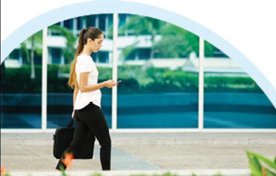 הליכה היא פעולה חיובית מאוד וכמובן מועילה מאוד לבריאות ועם זאת עדיין יש אנשים שהאוטו הוא ממש הרגליים שלהם…אז למה אנחנו מתעצלים? לכבוד יום ההליכה לעבודה ריכזנו לכם עובדות חשובות ורעיונות שיעזרו לכם לשלב הליכה בלוח הזמנים הצפוף  מעבר לתרומה הברורה של ההליכה בשיפור סיבולת לב-ריאה, היא גם מסייעת במניעת כאבי ראש ועייפות ואף משפרת ביצוע מטלות יומיומיות פשוטות כמו עלייה במדרגות ושטיפת רצפות. יתרה מכך, שגרת הליכות שבועית מצמצמת את תופעת הידלדלות העצמות, עוזרת להסדרת פעילות מעיים תקינה, מפחיתה את הסיכון למחלות מתמשכות כמו סוכרת וסרטן ואפילו משפרת את איכות השינה והזיכרון. ההמלצה המיידית היא ללכת באופן קבוע 3-5 פעמים בשבוע, כל פעם במשך 30-60 דקות, כך שבסופו של דבר נצבור לפחות 150 ועד 300 דקות של פעילות גופנית משמעותית בשבוע מבחינת תועלת בריאותית. הדגש הוא על הליכה איכותית מבחינת מאמץ לב-ריאה וסיבולת שרירים, לאו דווקא מהירה, אבל כן כזו המלווה בתחושת מאמץ בינוני, מתבטאת בקושי בדיבור, מלווה בהתנשפות קלה וקושי או תחושת מאמץ של השרירים. חוץ מההליכה השבועית הסדירה, מומלץ ללכת לעבודה ברגל. זה יותר פשוט ממה שחושבים, אפשר למשל לרדת מהאוטובוס שתי תחנות קודם, או אפילו לחנות בחניון רחוק יותר כשניים-שלושה רחובות ממקום העבודה למגיעים ברכב פרטי. ההליכה לא מסתיימת רק בדרך לעבודה (למרות היום החגיגי הזה