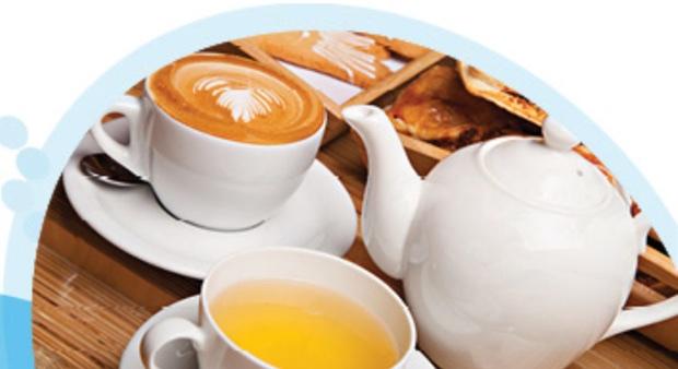האם גם אתם לא מסוגלים לפתוח את הבוקר בלי קפה? או שמא אתם אנשי תה? חנה טלייסניק חלימי, דיאטנית קלינית במכבי, מסבירה הכל אודות חשיבות ערכם הבריאותי של המשקאות החמים לאור העדויות הקיימות כיום נראה כי שתיה מתונה של תה וקפה היא בטוחה ותורמת לבריאות הכללית. יש לזכור כי המשקה שנבחר הוא רק רכיב אחד מתוך תזונה מאוזנת, המסייעת לשמור על בריאות טובה ולמנוע מחלות.