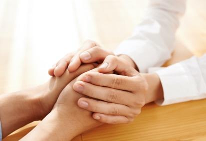 בלוג מכבי > סרטן > חיים עם הסרטן – שגרת החיים המשתנה בהתמודדות עם מחלה אונקולוגית לרגל יום הסרטן הבינלאומי, אורלי נתיב, עובדת סוציאלית ומרכזת תחום העבודה סוציאלית במוקדים הרפואיים המקוונים במכבי שירותי בריאות, מתייחסת למאפיינים שונים בשגרת החיים המשתנה במהלך ההתמודדות עם מחלה אונקולוגית כאשר מתקבלת בשורה על אבחון מחלה אונקולוגית עולות שאלות רבות המעוררות חשש, אי ודאות ומצוקה: מה זה אומר? מה יהיה? איך נספר למשפחה? מה עם העבודה? הבית? הילדים? איך נסתדר כלכלית? ועוד. אבחנת מחלה מביאה איתה שינויים רבים לשגרת החיים. מדובר במעבר חד מאורח חיים שגרתי ובריא לחולי המחייב טיפול רפואי מידי והתארגנות מהירה. מעבר מהיר וחד זה מייצר דחק , מצוקה וצורך להתמודד בו זמנית עם ניהול מחלה במקביל לשאר תחומי החיים הפעילים (בית, עבודה, משפחה, חברים). כל מה שהיה מוכר ושגרתי פוגש מציאות חדשה המחייבת הסתגלות והתמודדות. שני גורמים עיקרים משפיעים על יכולת ההתמודדות וההסתגלות. הראשון מתייחס למאפיינים הייחודיים של החולה: אישיותו, העדפותיו, תפיסת עולמו, ערכיו, כוחותיו ומעגלי התמיכה שלו, והשני למגוון גורמי הטיפול הרפואיים, הכלכליים, הרגשיים והחברתיים העומדים לרשותו. בניית שגרה מתאימה לצרכים האישיים תוך שימוש בשירותים, זכויות וגורמי תמיכה מתאימים, מגבירה את יכולת ההסתגלות וההתמודדות ומביאה לרווחה רבה יותר לחיי החולה ומשפחתו. בתחילת הדרך אין לרוב הכרות עם המחלה ועם עולם המושגים הקשור אליה. מה זה אומר גידול במעי? מהו פרוטוקול טיפול? מה זה אומר שלב 2? ניסיון החיים, הכלים, הכישורים והיכולות שאדם צבר במשך חייו לרוב אינם מותאמים להתמודדות עם מצב חדש וייחודי זה, מה שהופך את ההתמודדות למאוד מאתגרת אך יחד עם זאת, אפשרית. איסוף מידע לאורך כל תקופת ההתמודדות עם המחלה האונקולוגית ידוע כתורם להעלאת תחושת הביטחון והפחתת תחושת אי הוודאות וחוסר האונים. מידע מסייע להכיר את המחלה, לדעת מה צפוי ולהתארגן בהתאם. מומלץ תמיד לקבל מידע ממקור מוסמך ומהימן כמו האונקולוג המטפל ורופא המשפחה. מקורות מידע נוספים נמצאים בקרב גורמי הטיפול השונים במכבי כגון: אחיות, מתאמות אישיות, עובדות סוציאליות, דיאטניות ועוד. כמו כן, לעיתים אנשים מחפשים מידע ברשת. חשוב לזכור כי מידע זה אינו מותאם אישית לקורא ועלול לגרום למצבי לחץ או מצוקה מיותרים. 